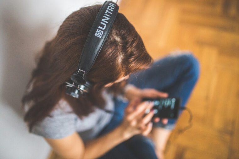 Escuchan audiolibros desde el móvil